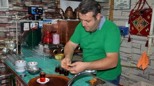 Malatya'daki çay ocağında çayın yanında şeker yerine kayısı ikram ediliyor