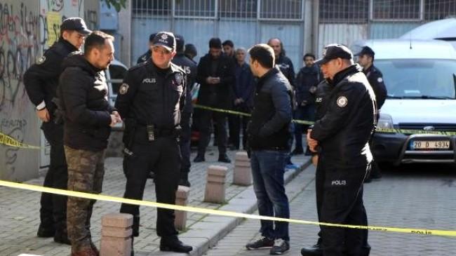 İki ev arkadaşını boğazından bıçaklayıp polise teslim oldu