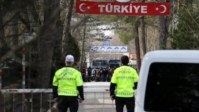 Göçmenler akın akın giderken Yunanistan sınırını otobüsle kapattı