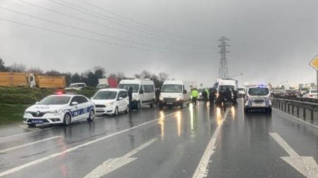Arnavutköy'de polisleri taşıyan minibüs kaza yaptı