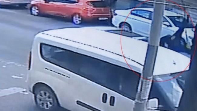 Avcılar'da araba çarpan kadın havaya savruldu