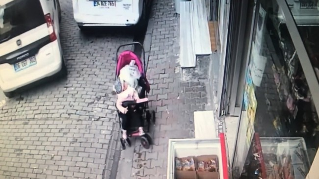 Bağcılar'da bebek arabası devrildi, sürücü son anda fark etti