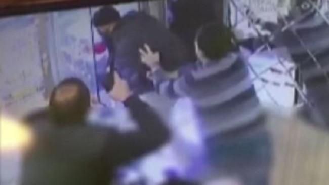 Bağcılar'da kuyumcuya silahlı soygun girişimi kamerada