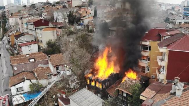 Beyoğlu'nda 3 katlı ahşap binada yangın çıktı