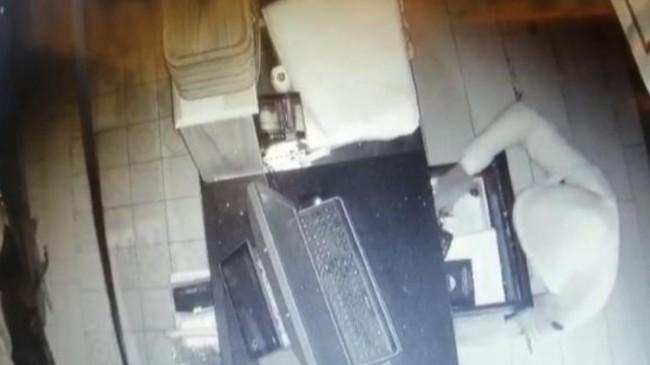 Bursa'da kasayı açamayan hırsız sadaka kutusunu çaldı