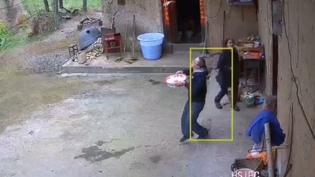 Çin'de düşen kiremitten şans eseri kurtulan adam