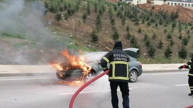 Gebze'de arızalanan otomobil alev alev yandı