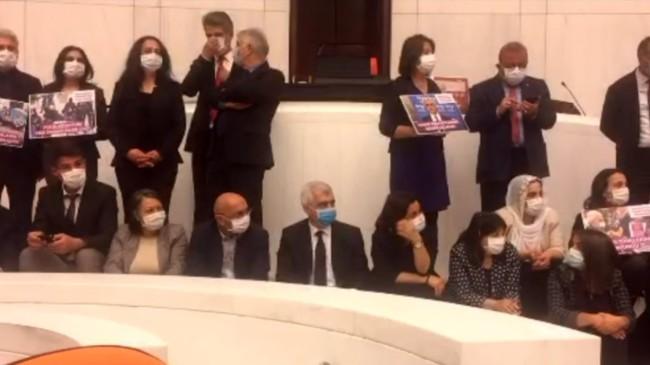 HDP'li vekiller Meclis'te eyleme başladı