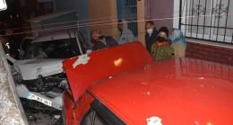 İzmir'de park halindeki araca çarpan otomobilin sürücüsü kaçtı