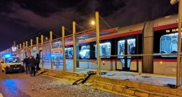 Kayseri'de iki aracın çarpışması sonucu tramvay durağı zarar gördü