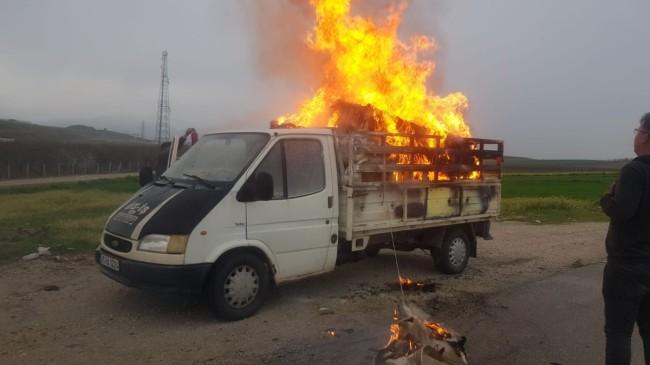 Manisa'da kamyonetin kasasındaki eşyalar yandı