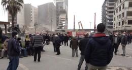 Rizeliler meydanda toplanıp inşaat yıkımlarını izliyor