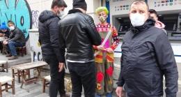 Taksim'de selfie yaptırdığı turistleri para için tehdit etti