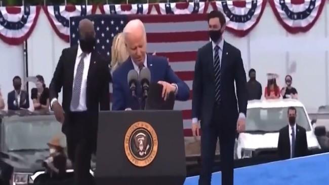 Joe Biden'ın saniyelerce aradığı maskesi cebinden çıktı